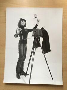 Essy-Persson-Pressefoto-039-66-in-034-Ich-eine-Frau-034-Stativ-Kamera