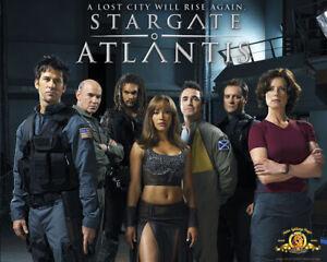 PLAQUE EN MÉTAL VINTAGE SERIE TV STARGATE ATLANTIS   30 X 20 CM