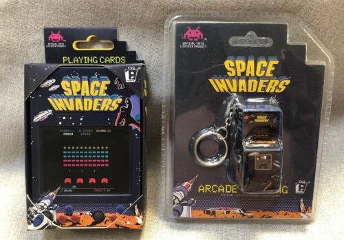 Space Invaders jugando a las cartas en lata de coleccionistas con ARCADE KEYRING Conjunto de Regalo Nuevo