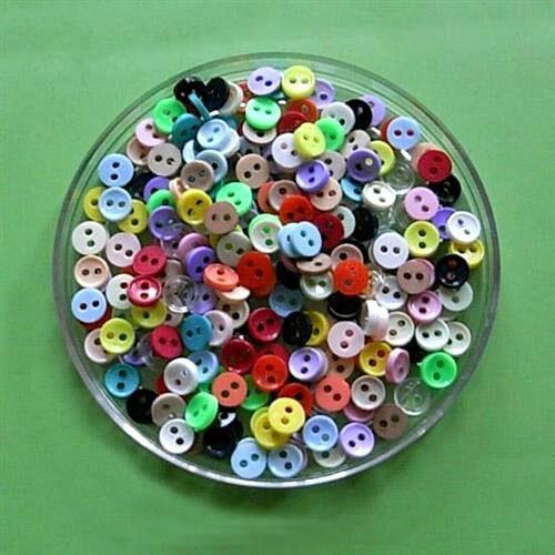 200 Wholesale Mini Tiny Micro Doll Clothes Lot mixte couture boutons 6 mm L1