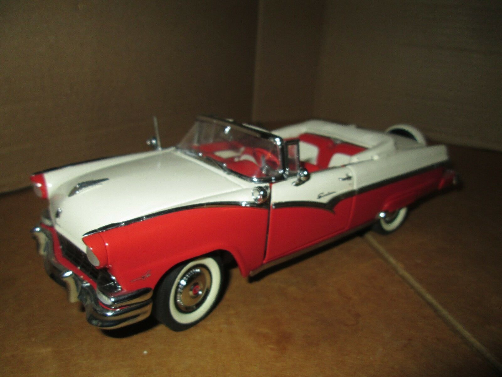 1956 Ford Fairlane Sunliner Rouge Blanc Danbury Neuf en Vrac