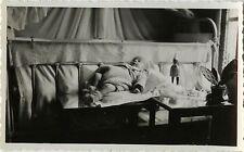 PHOTO ANCIENNE - VINTAGE SNAPSHOT - ENFANT BÉBÉ TABLE JOUET GAG DRÔLE - BABY TOY