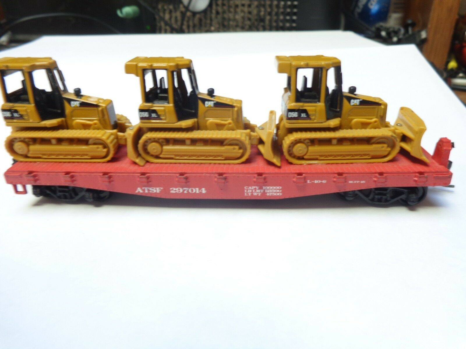 Athearn  40' flatcar with 3 bulldozers loaded . Kadee couplers  Santa Fe  HO