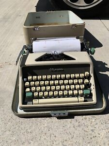 Olympia SM7 Typewriter Keys Type Smoothly Needs To Be Cleaned