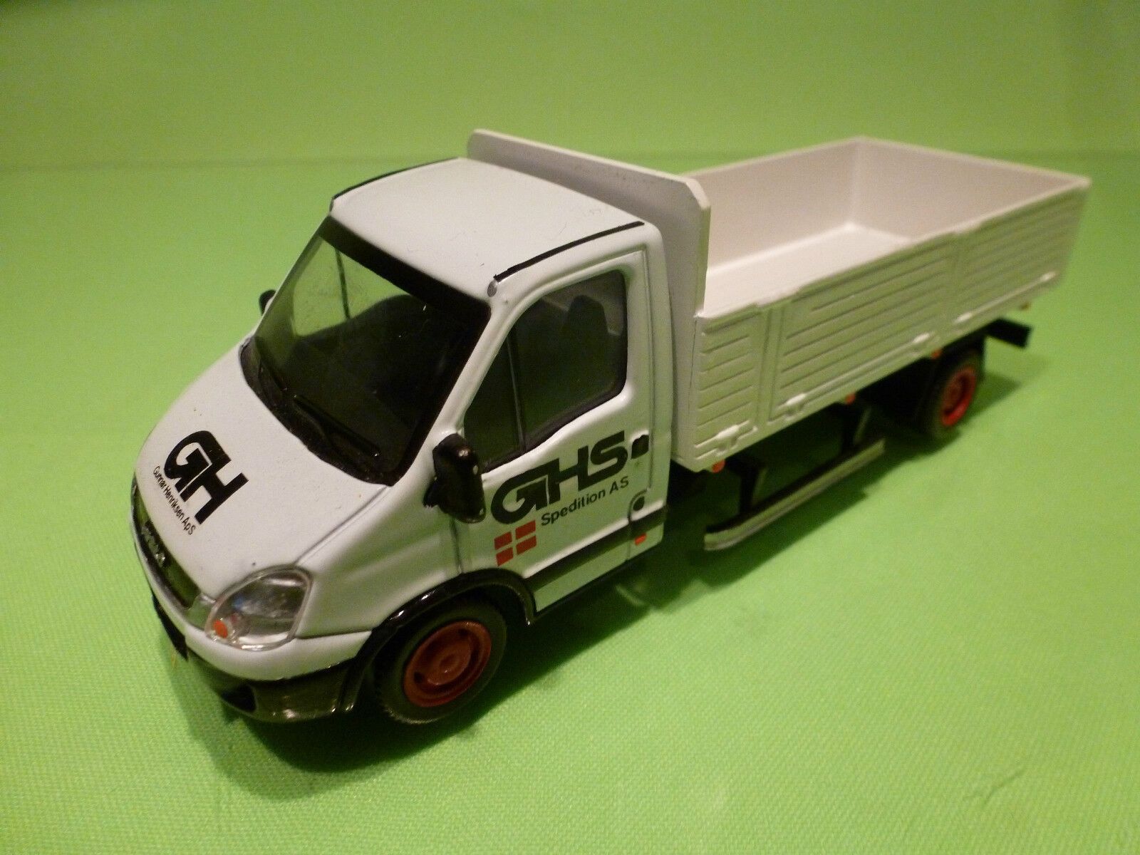 MONDO MOTORS IVECO DAILY + LION CAR FLAT BED - GHS 1 43 - GC - SPECIAL MADE