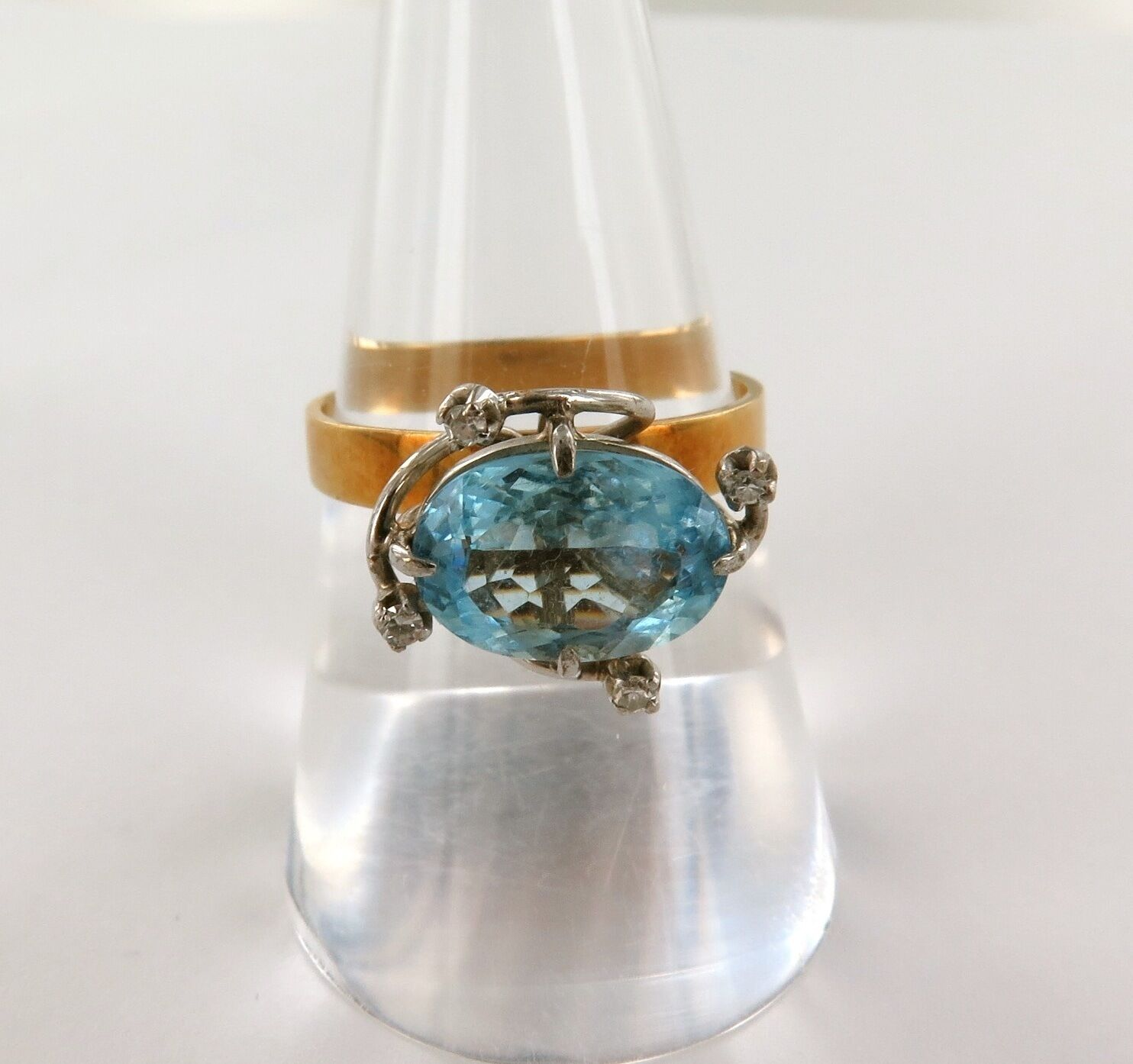 .AN 18CT gold, DIAMOND & LARGE AQUAMARINE RING WITH VALUATION OF  3925