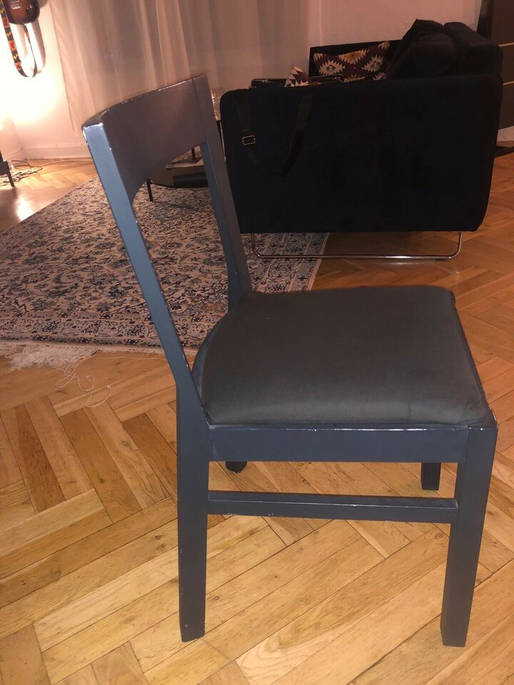 Bord/stolesæt, 4 slidte stole fra ukendt mærke
