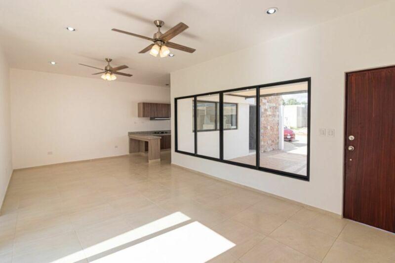 Casa residencial en venta de una planta y dos recámaras en Las Acacias