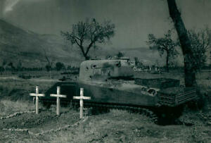 WWII-Photo-M4-Sherman-Tanks-Fallen-Crew-Graves-World-War-Two-WW2-B-amp-W-3092