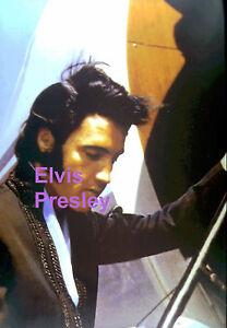 ELVIS-PRESLEY-BOARDING-THE-PLANE-AT-PHOENIX-AZ-AIRPORT-9-9-70-5x7-PHOTO-CANDID