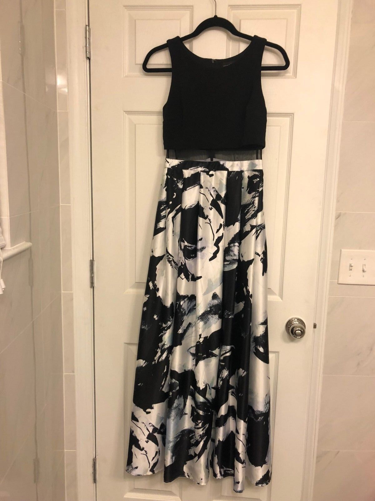New Betsy & Adam Beautiful illusion floral printed evening dress gown, size 2