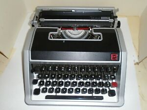 Olivetti Underwood Lettera 33 Portable Typewriter Made In Italy very clean