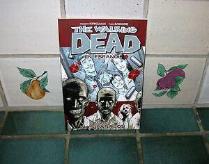 The Walking Dead Volume 1 En Espanol Ebay