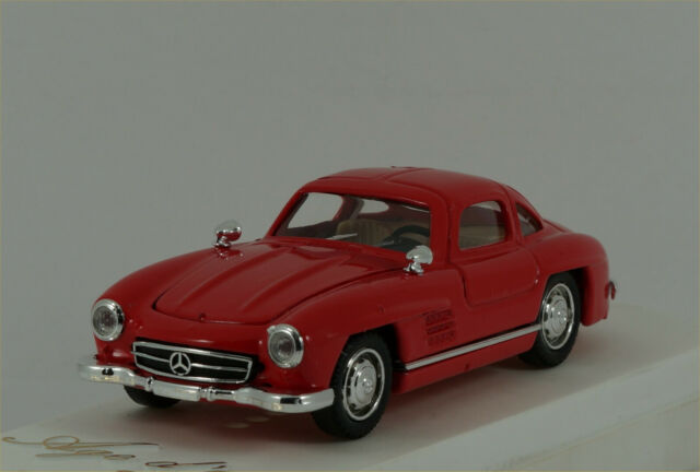 Solido Mercedes 300 SL in red Ref: 4502 Excellent/Boxed. Scale 1:43
