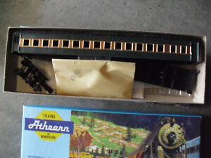 Vintage-HO-Scale-Athearn-Custom-Painted-Green-Gold-Passenger-Car-Kit-in-Box-3