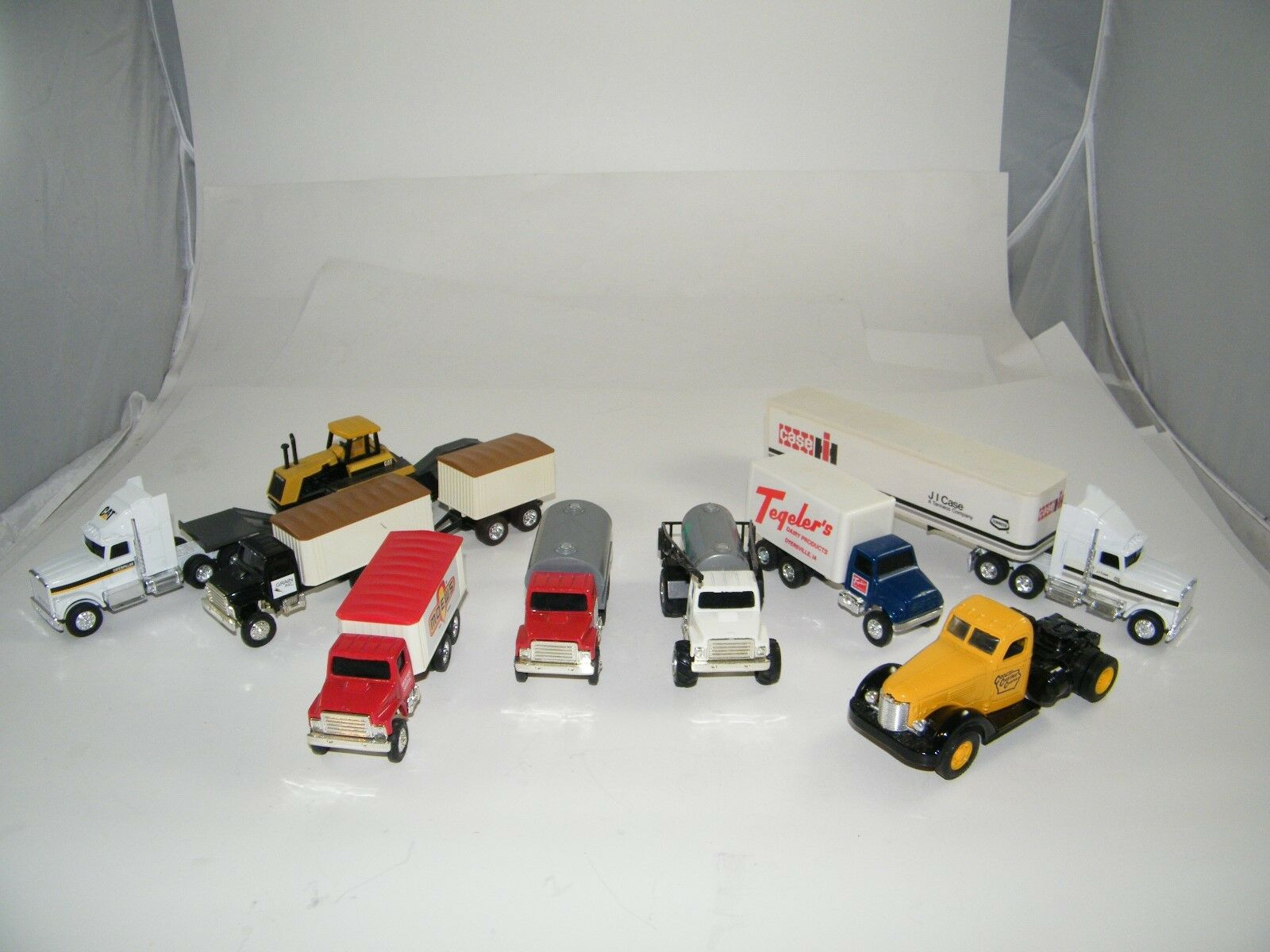 El nuevo outlet de marcas online. Lote de 9 vehículos Ertl Diecast Diecast Diecast  caso de JI, telegers, moews, Crouse, Gato, más   descuento de ventas