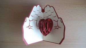 Handgemachte-3D-Pop-Up-Grusskarte-Herz-in-Haenden-Love-Valentinstag