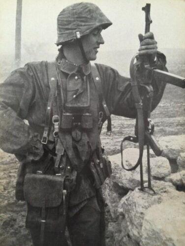 WW2 WWII Photo German Soldier MP40 Wehrmacht World War Two Germany 2554