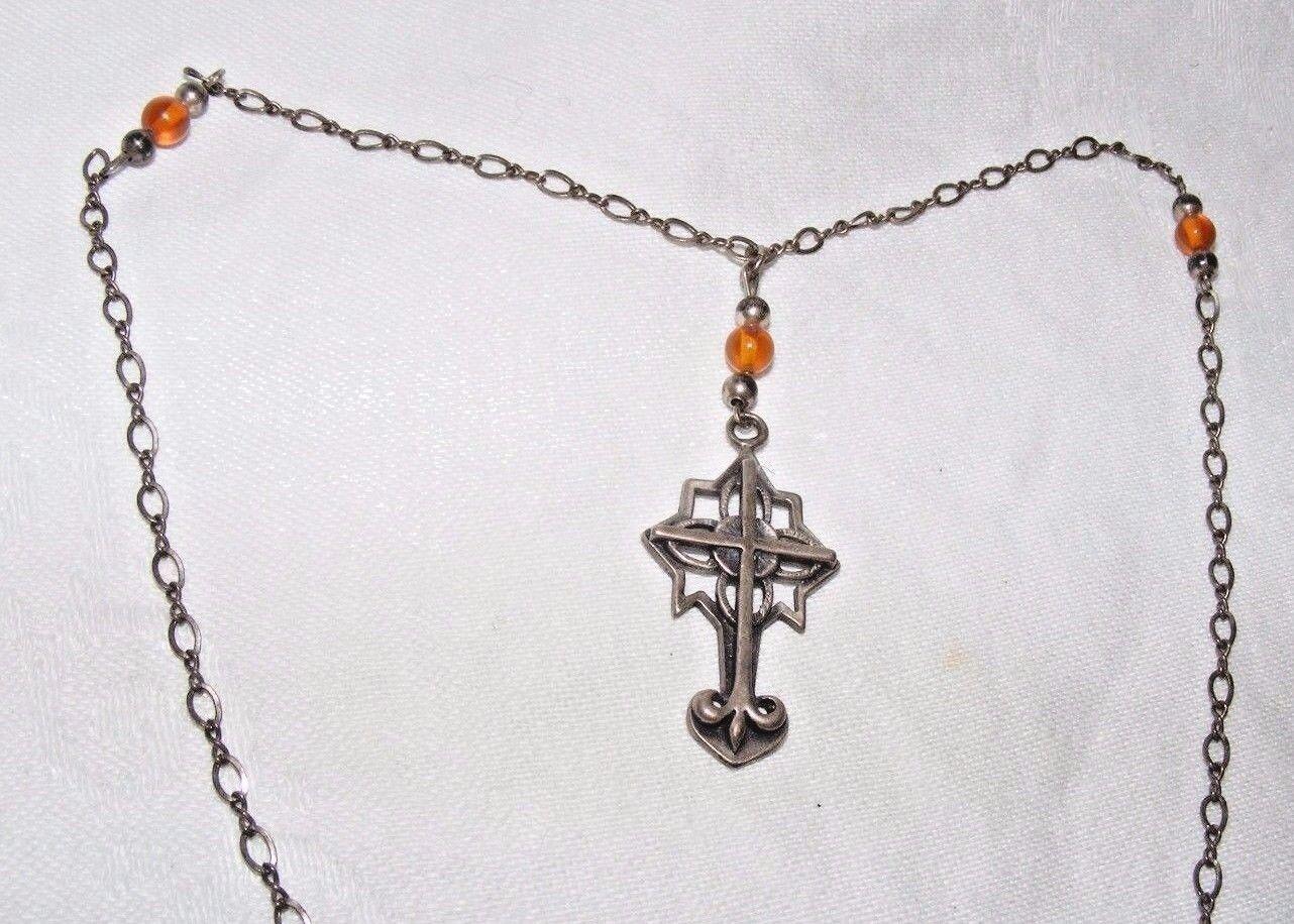 Magnifique Vintage Ancien Croix silver sur Fancy Chaîne Verre Ambre Fleur de Lys