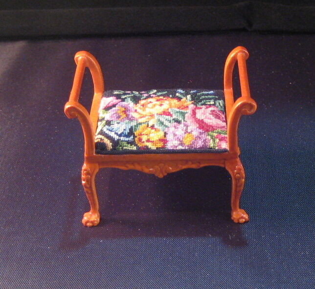 distribuzione globale Miniature bambolahouse bench with with with antique petit point - needlepoint.  colorways incredibili