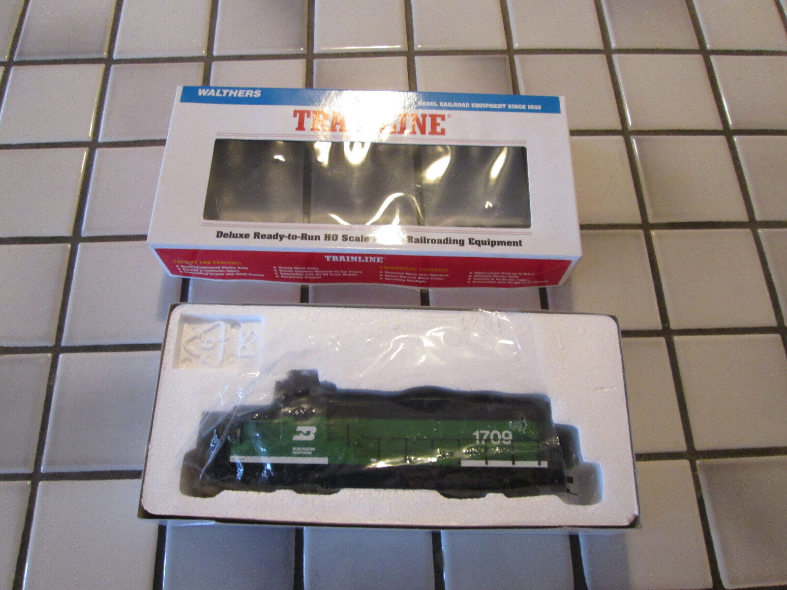 Walthers BURLINGTON NORTHERN powered engine HO scale