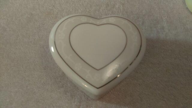 Wedgwood bone china Heart shaped Jewelry Trinket Box Icing Pattern