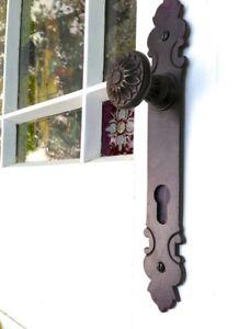 Tuerknauf-mit-schoenem-Langschild-aus-Antikeisen-harmonischer-Haustuer-Beschlag