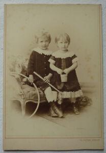 Kabinettfoto-KINDER-mit-Reif-Stock-Korb-Korallenkette-von-Theodor-Bruemm-um-1880