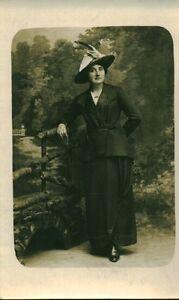 Carte-photo-ancienne-femme-au-chapeau-tenue-elegante