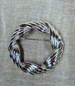 Estate-Jewelry-TRIFARI-Silvertone-ROUND-WREATH-CIRCLE-Scarf-Pin-Brooch