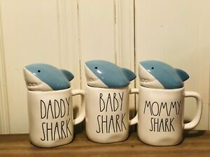 Rae-Dunn-Summer-by-Magenta-BABY-MOMMY-DADDY-SHARK-with-Blue-Mug-Topper-Set-of-3