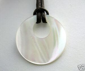 Anhaenger-Kette-Perlmutt-Natur-Donut-weiss-Mineralien-rund-Lederband