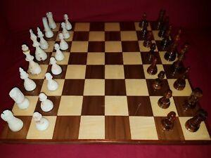 Chess Chessboard Chesspieces Well Jeu d'échecs en bakélite Vintage