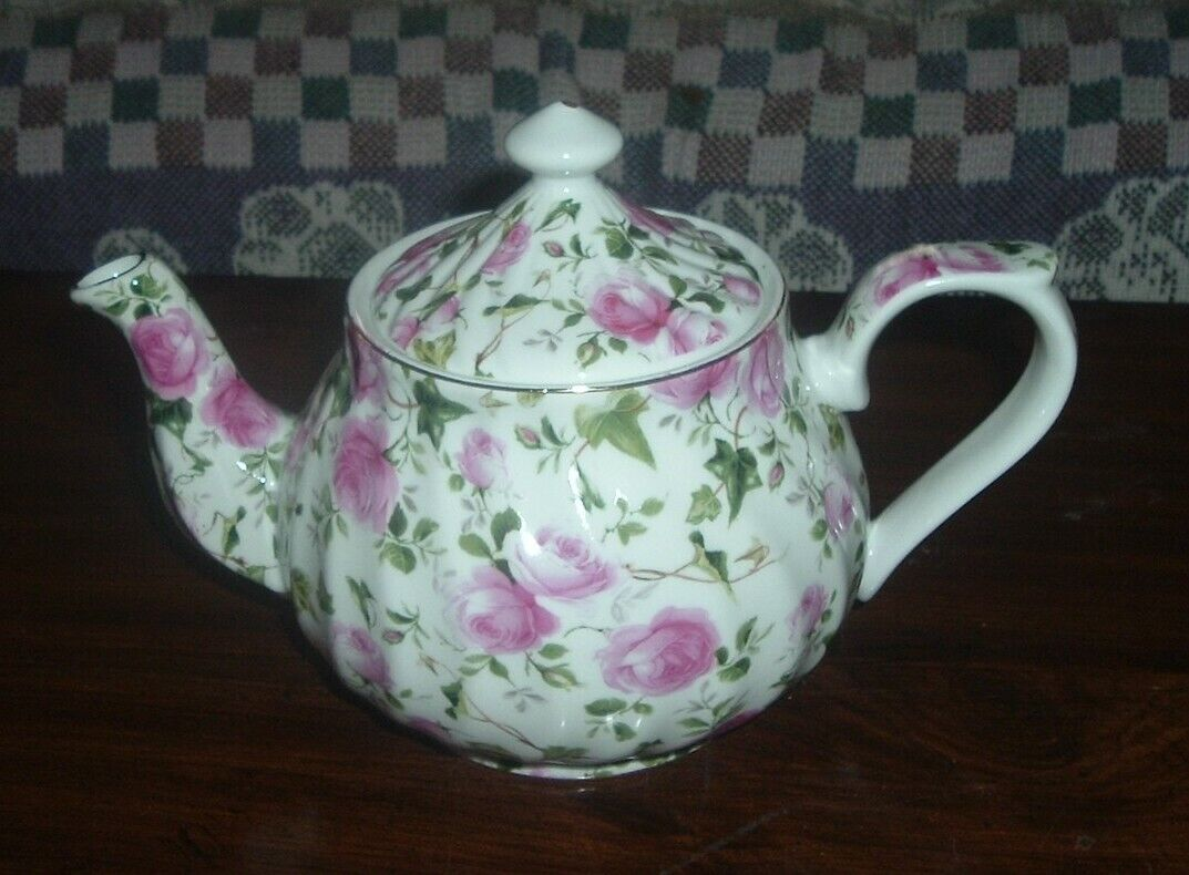 Delton Porcelain Tea for One Gift Set  Stacked Teapot /& Cup  BELL ISLE