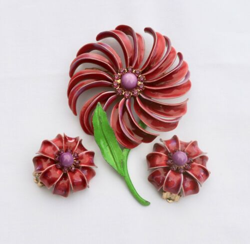 Retro White Metal enamel Flower super trendy and cute Great for bridal Bouquet