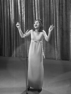 Barbra-Streisand-UNSIGNED-photograph-L6350-Iconic-American-actress-amp-singer