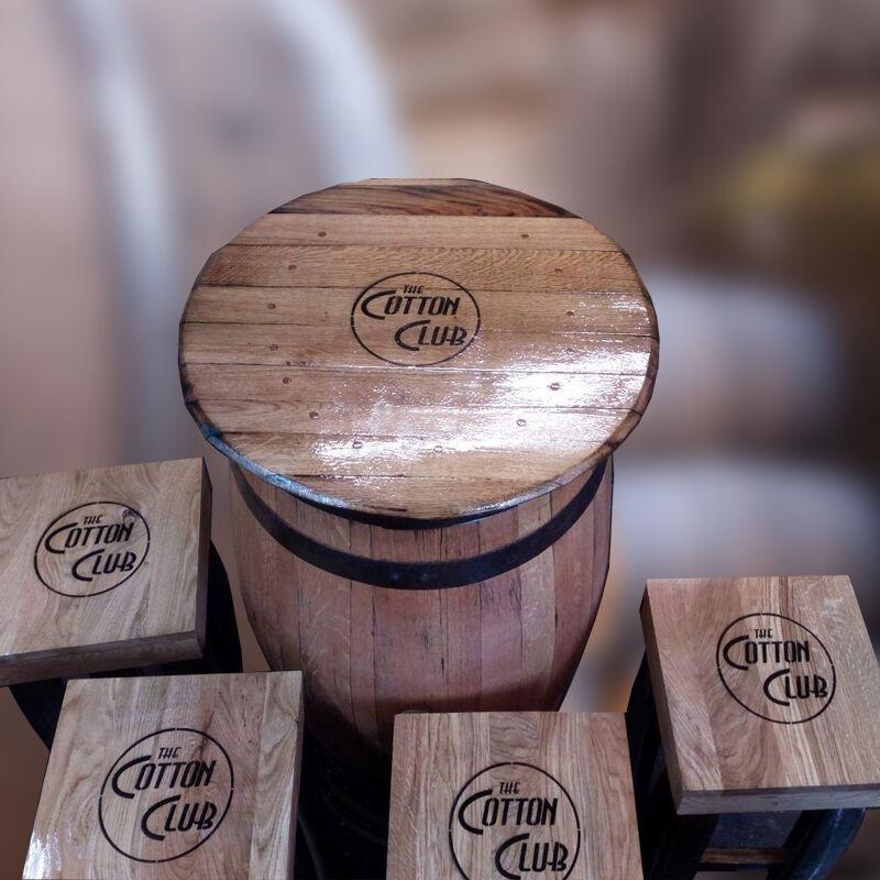Riciclato Rovere Massello Whiskey Fusto Tavolo da Giardino & Quattro Sgabelli
