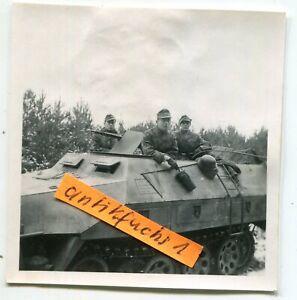 Foto: WH Schützen-Panzer mit Kennzahl I00 an der Ostfront 1943 / 44