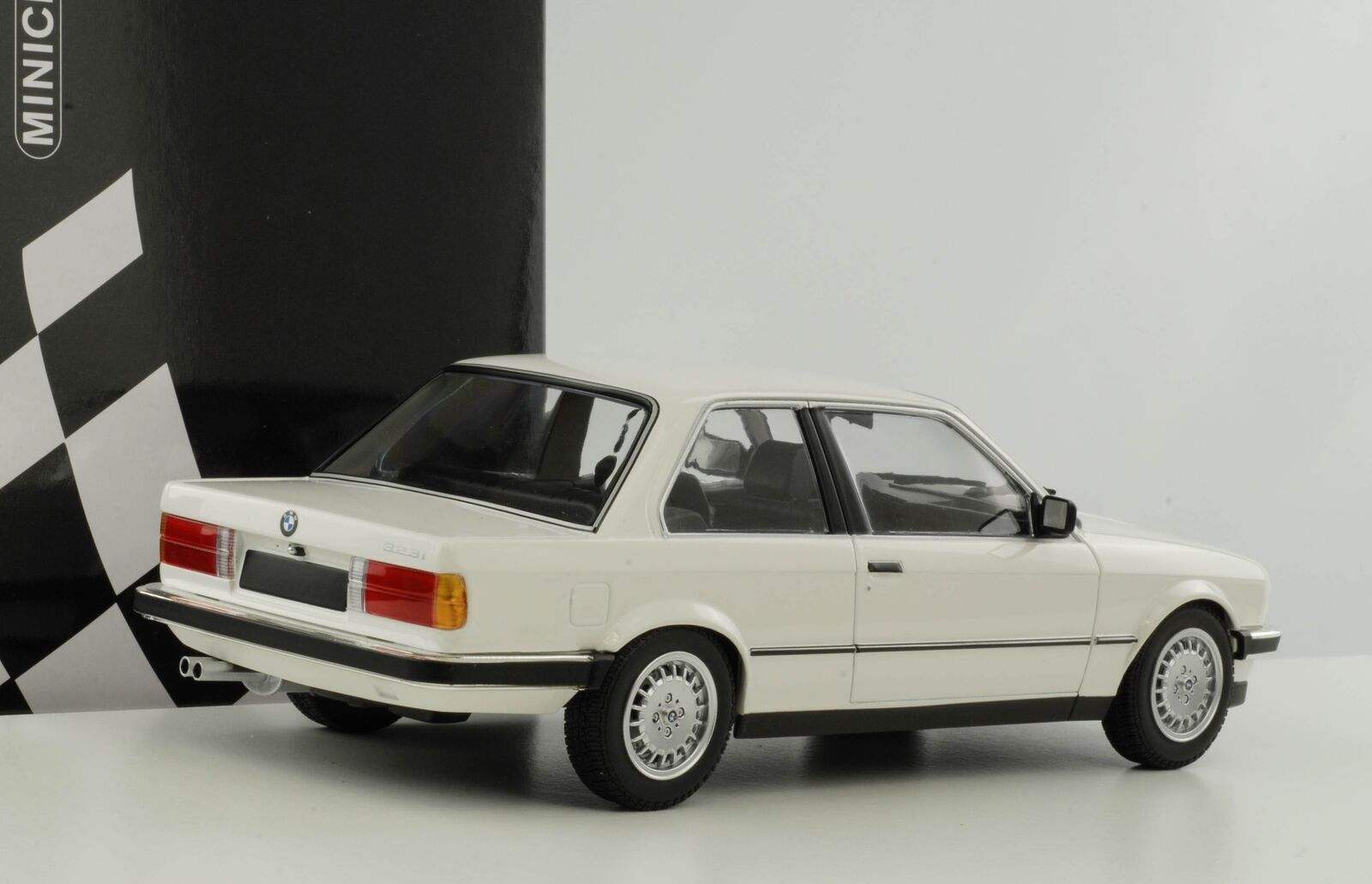 Bmw e30 1982 weiss modellauto angelegt haben 323i druckguss 1,18 minichamps neu