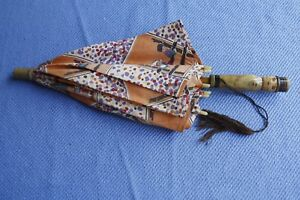 Ancienne-petite-ombrelle-d-039-enfant-decor-personnages-style-Becassine-toile-bois