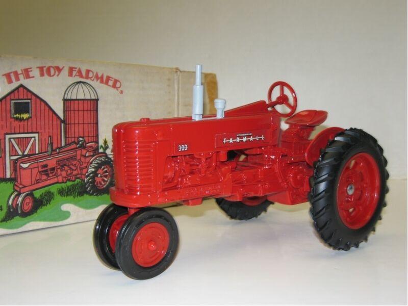 1 16 FARMALL 300 TOY FARMER NIB free shipping