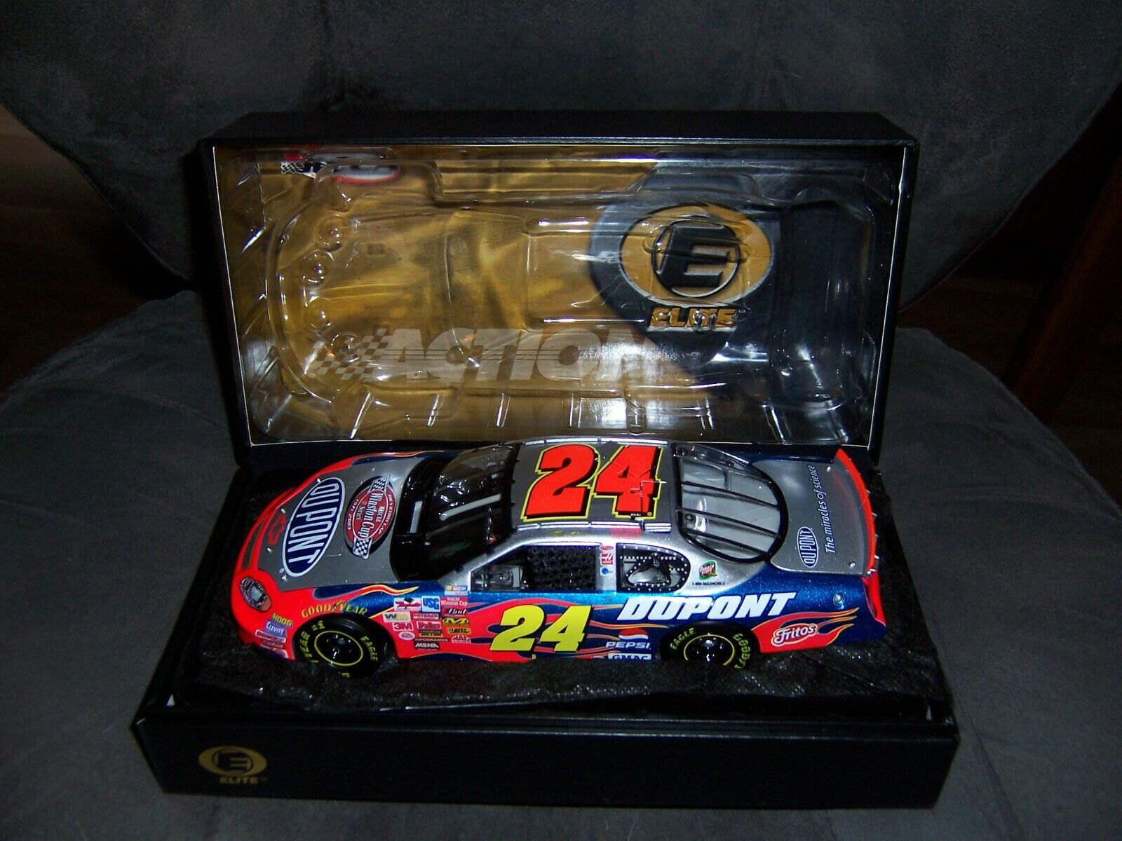 Action Elite Jeff Gordon 2003 Dupont Victory Lap 1 24
