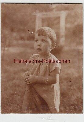 (f13403) Orig. Foto Kleinkind Steht Auf Wiese Im Garten 1930 Mild And Mellow