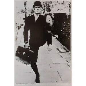 MONTY-PYTHON-POSTER-MINISTRY-OF-SILLY-WALKS-CLEESE-91-X-61-cm-36-034-x-24-034
