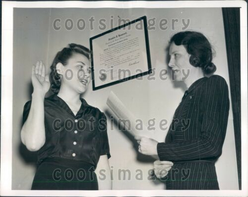 1941 WWII Era US Pretty New Federal Employee Takes Oath DC Press Photo