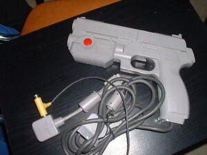 Playstation : Pistolet NAMCO - NPC103 - France - État : Occasion : Objet ayant été utilisé. Objet présentant quelques marques d'usure superficielle, entirement opérationnel et fonctionnant correctement. Il peut s'agir d'un modle de démonstration ou d'un objet retourné en magasin aprs un - France