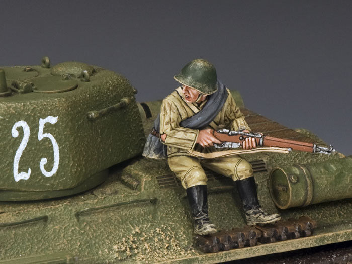 KING & COUNTRY FALL OF BERLIN RA047 RUSSIAN INFANTRY SITTING WITH RIFLE MIB