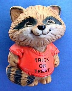 Hallmark-PIN-Halloween-Vintage-SHIRT-TALES-RACCOON-Trick-or-Treat-Holiday-Brooch