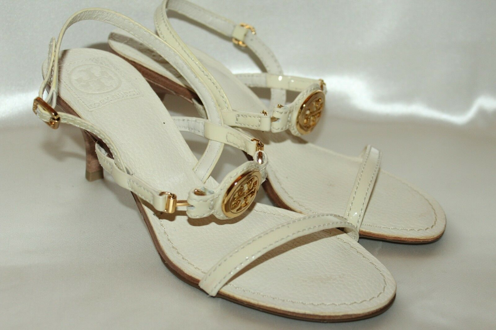 NEW TORY BURCH Ivory Patent Leather InGrüned T Emblem Open Toe Heels Sandals 7