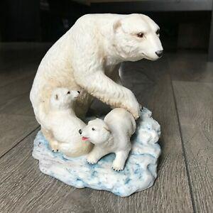 Vintage-1975-Aynsley-Polar-Bear-amp-Cubs-Porcelain-Figurine-Made-in-England